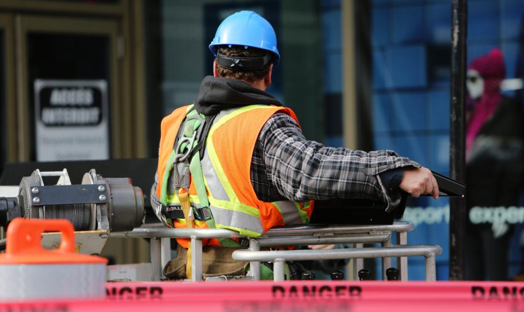 Mies töissä rakennustyömaalla