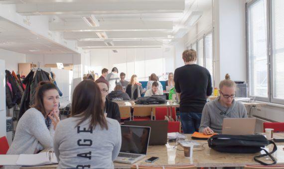 Koululuokka, jossa opiskelijat tekevät töitä tietokoneillaan