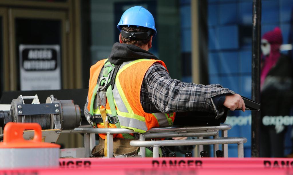 En man arbetar på en byggarbetsplats