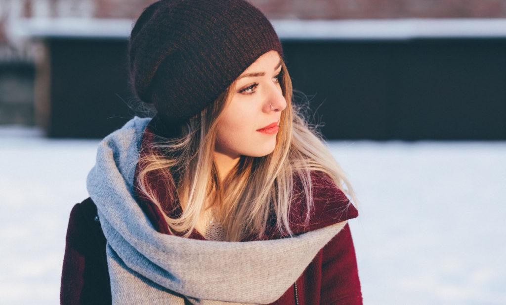 En ung kvinna i ytterplagg