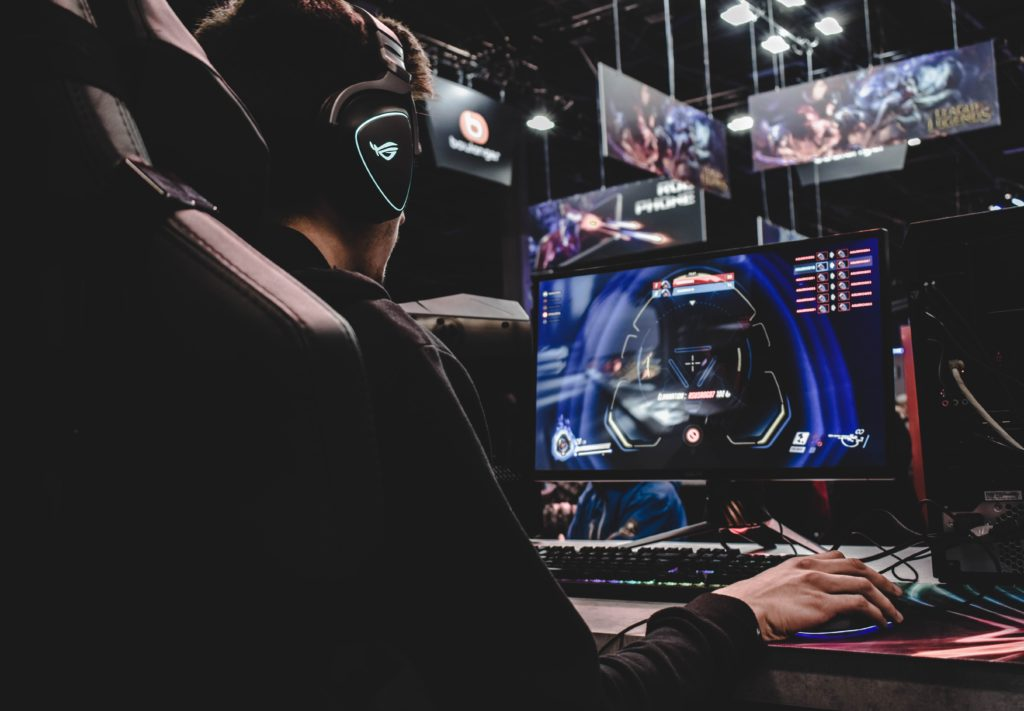 Mies pelaa tietokonepeliä.